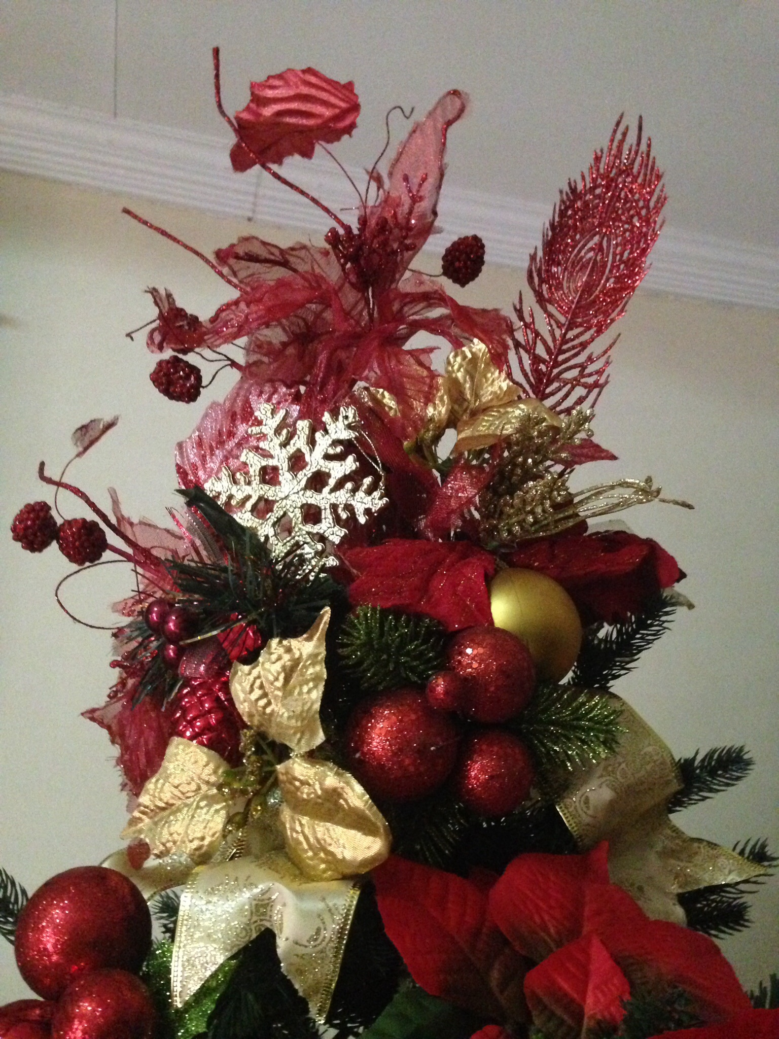 these red xmas balls, red flowers and feathers come in a set, at Php100 only